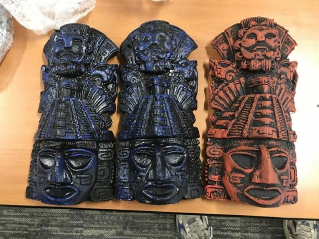 Таможенники задержали пассажира с ацтекскими статуэтками (4 фото)