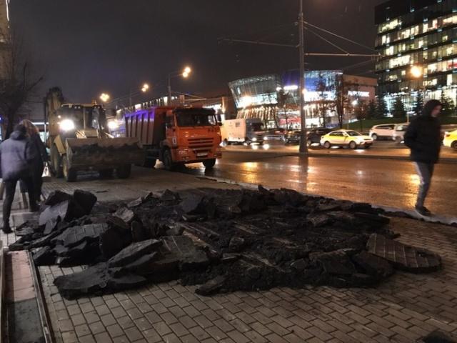Эффективный менеджмент по-московски: плитка - асфальт - плитка (5 фото)