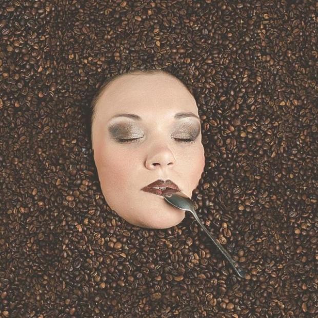 """Обратная сторона фотографии с """"утопающей"""" в кофейных зернах девушкой (2 фото)"""