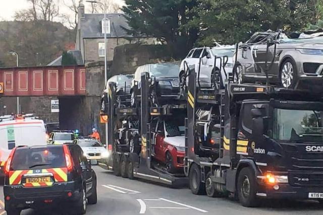 """Шотландский аналог """"моста глупости"""" в миг превратил несколько Ranger Rover в кабриолеты (8 фото)"""