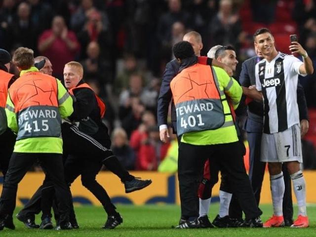 Криштиану Роналду сделал селфи со своим фанатом, который выбежал на футбольное поле (3 фото + видео)
