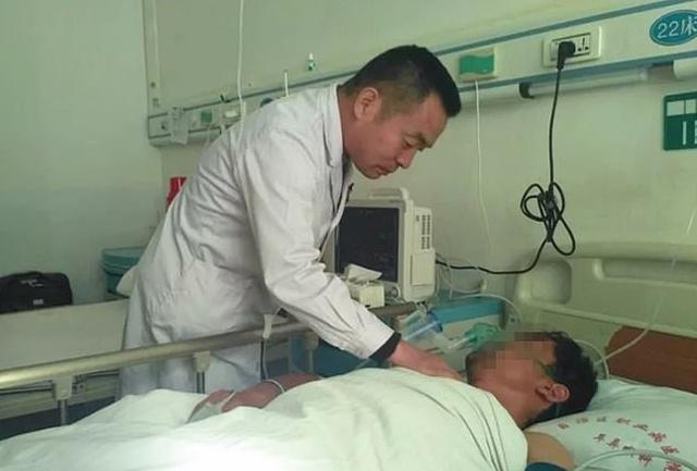 Парень из Китая целый год жил с ложкой, застрявшей в пищеводе (4 фото)