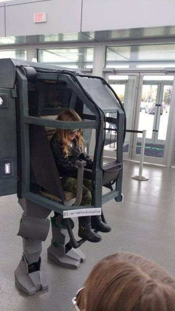 Отец собрал крутой костюм в виде робота для своей дочки (22 фото)