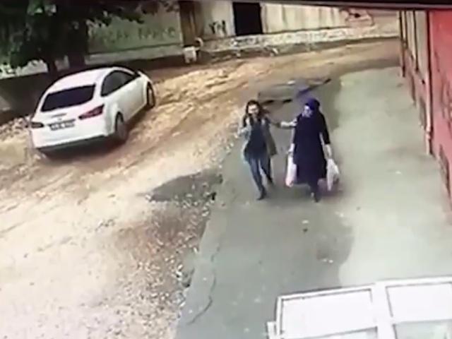 Две женщины упали в массивный провал, который образовался под их ногами