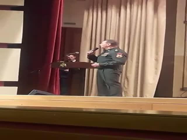 Генерал Виктор Золотов исполнил песню, удивив целый актовый зал