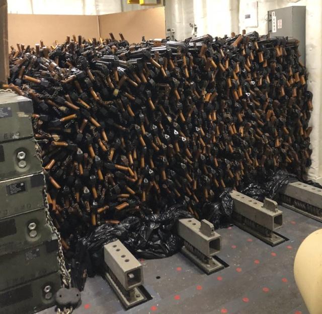 Огромная партия автоматов АК-47, изъятая у контрабандистов в Аденском заливе (4 фото)