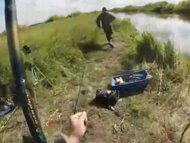 Поймали рыбаки сазана...