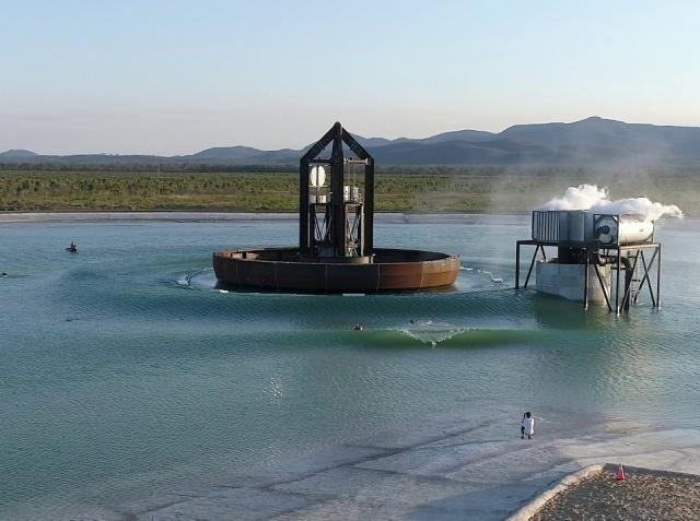 Необычное изобретение, установленное на водоеме (4 фото + видео)