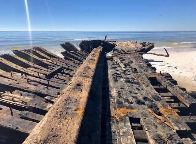 "Ураган ""Майкл"" обнажил обломки кораблей 19 века (14 фото)"