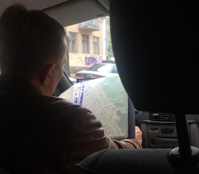 Олдскульный таксист, который привык работать по старинке (3 фото)