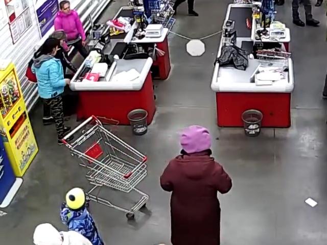Женщина родила ребенка на кассе в магазине
