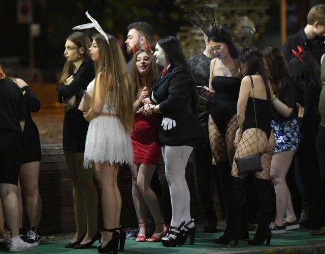 Празднование Хэллоуина в Британии: молодежь в костюмах, драки и алкоголь (22 фото + видео)