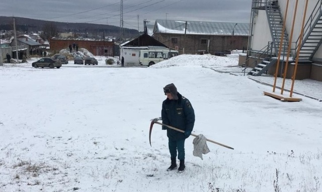 В Свердловской области МЧС-ников заставили косить траву под снегом (фото + видео)