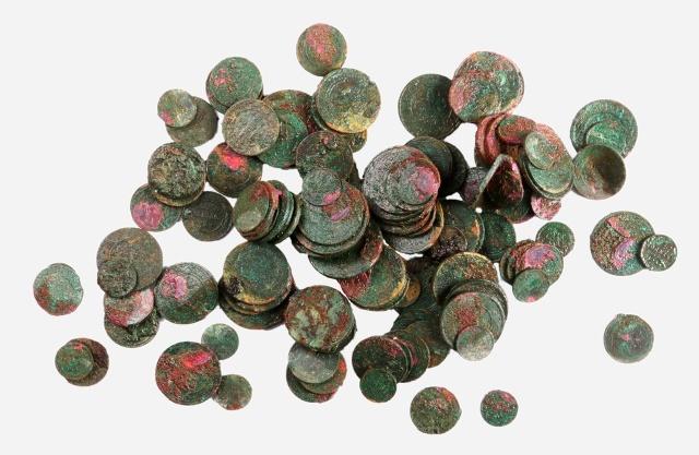 В центре Москвы обнаружили клад из 135 старинных монет (3 фото)
