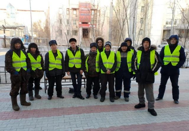 Дворники вышли на улицы Якутска (5 фото)