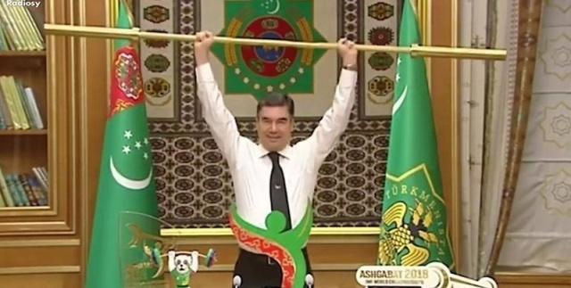 Президент Туркмении Гурбангулы Бердымухамедов демонстративно поднял золотой гриф штанги (2 фото + видео)