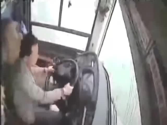 В Китае автобус съехал в реку из-за драки водителя с пассажиркой
