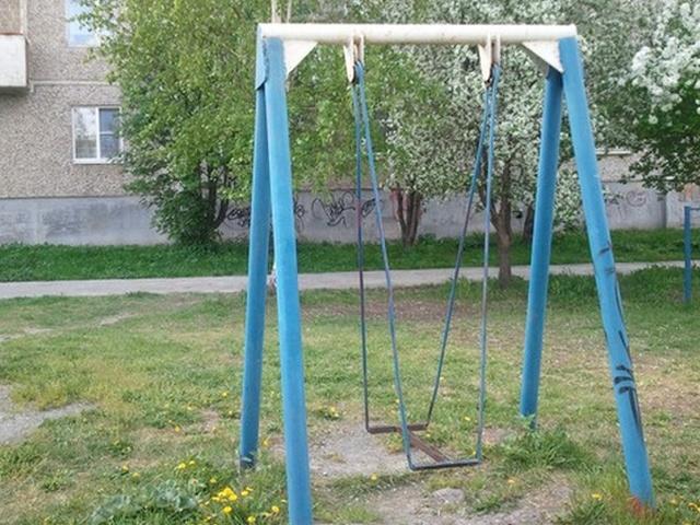 В Брянске детишек лишили качелей