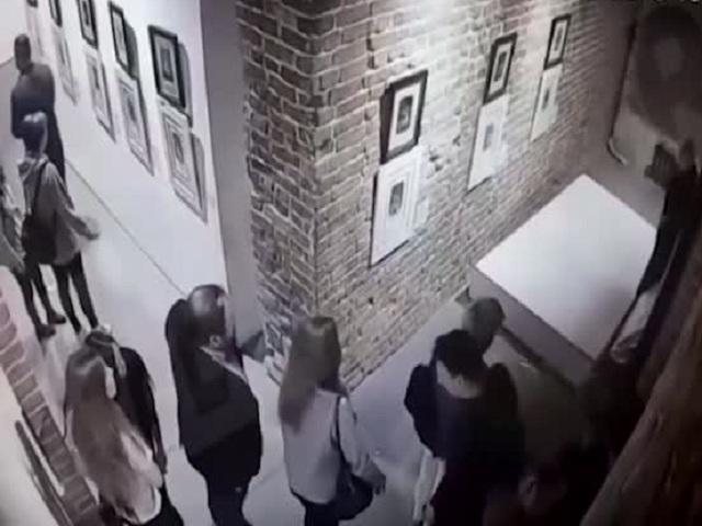 На выставке искусств в Екатеринбурге девушки повредили картину Сальвадора Дали