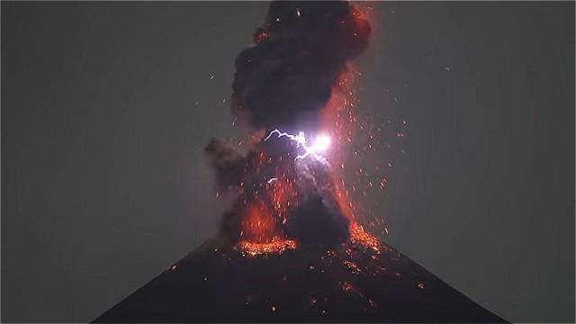 Действующий вулкан Кракатау генерирует молнии и гром (4 фото + видео)