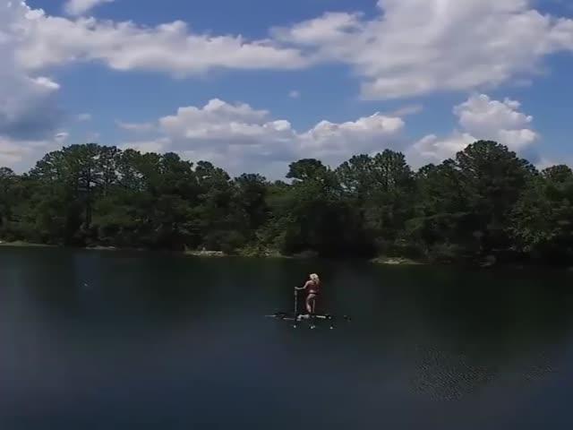 Блондинка летает на дроне - такого вы еще не видели