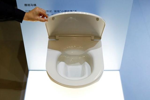 Билл Гейтс представил туалет, работающий без воды и подключения к канализации (3 фото)