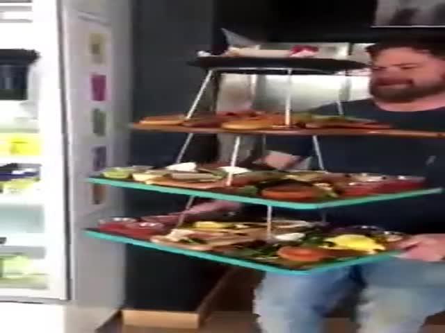 Неуклюжий официант и подача заказа