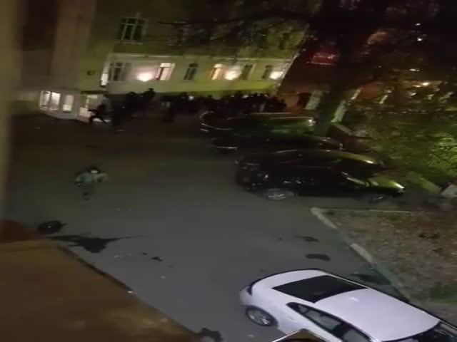 Футбольные фанаты разносят вход в гостиницу в Москве