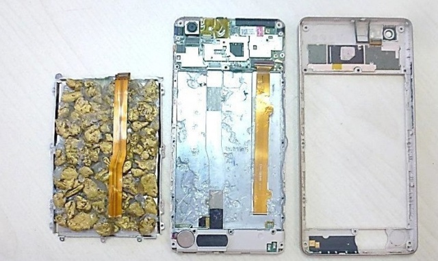 Хабаровские таможенники задержали китайца, который провозил контрабанду внутри смартфона (4 фото)