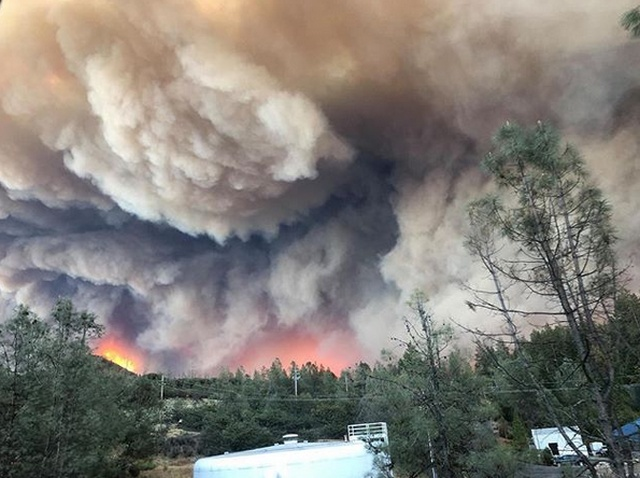 Рай превратился в ад: лесной пожар уничтожил город Парадайс на севере штата Калифорния (13 фото + 4 видео)
