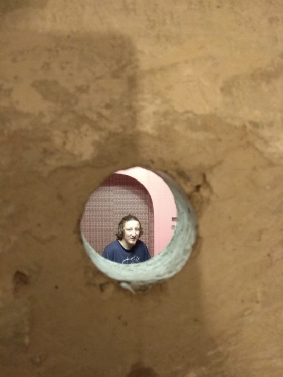 Неожиданное отверстие в стене, обнаруженное при ремонте квартиры (6 фото)