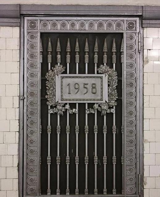 Для чего нужны странные двери на станциях метро? (11 фото)