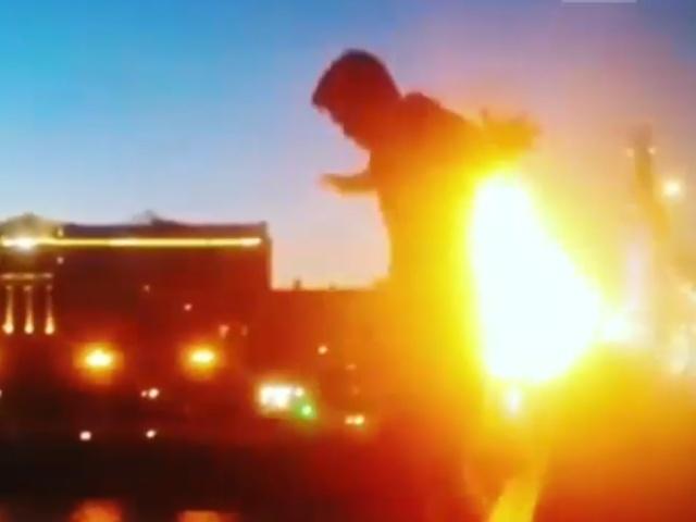 Поджег себя и прыгнул в реку в центре Москвы
