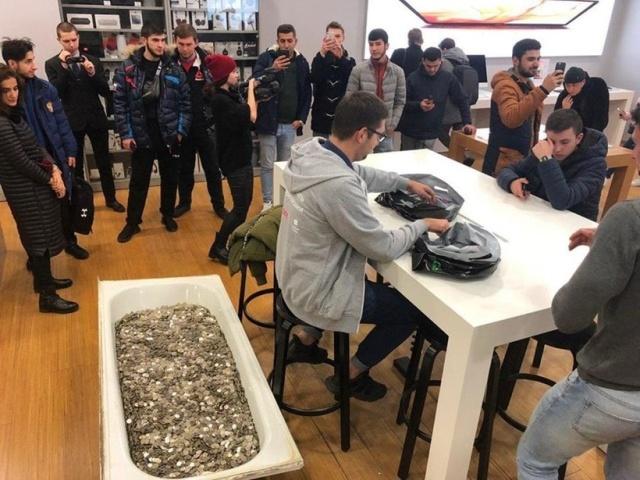 """Российский """"Скрудж Макдак"""" решил купить новый iPhone (фото)"""