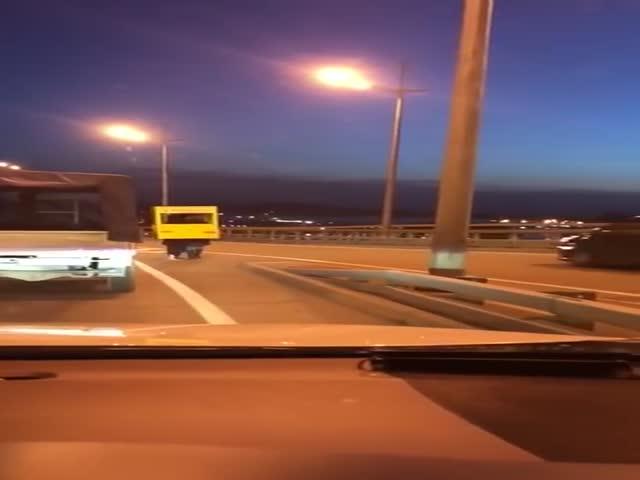 Задержание пешеходного автобуса на мосту во Владивостоке