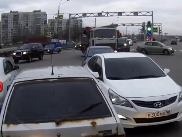 Когда на дороге встретились два упертых... водителя