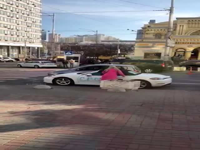 Блондинка избила топором спорткар Porsche в центре Киева