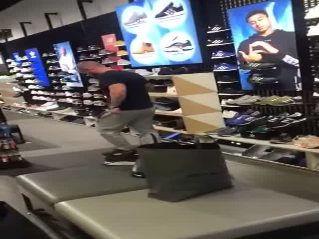 Как напугать продавца в магазине кроссовок?