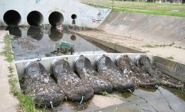 В Австралии водоемы защищают от мусора при помощи специальных сетей (3 фото)
