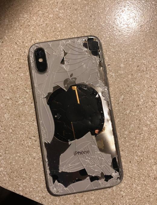iPhone X загорелся во время обновления до iOS 12.1 (4 фото)