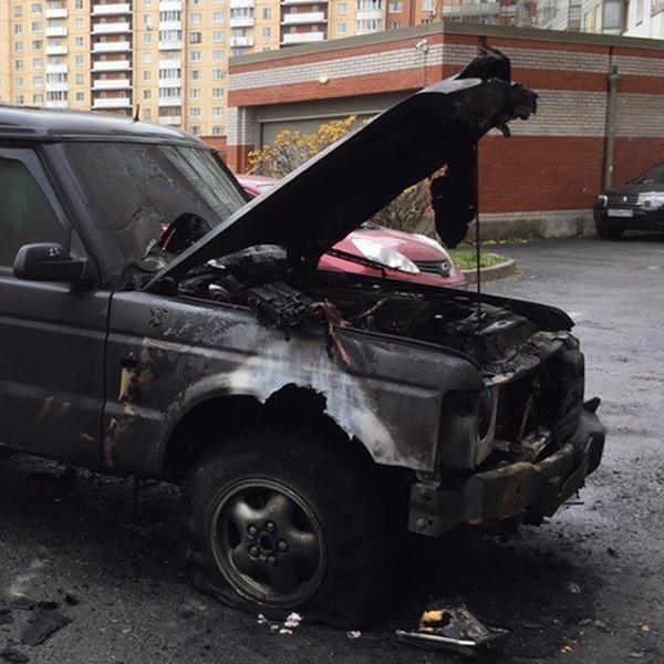 В культурной столице подожгли автомобиль за парковку посреди двора (2 фото)