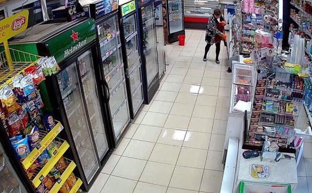 Когда суровая уборщица вымыла пол в магазине под Нижним Новгородом (4 фото + видео)