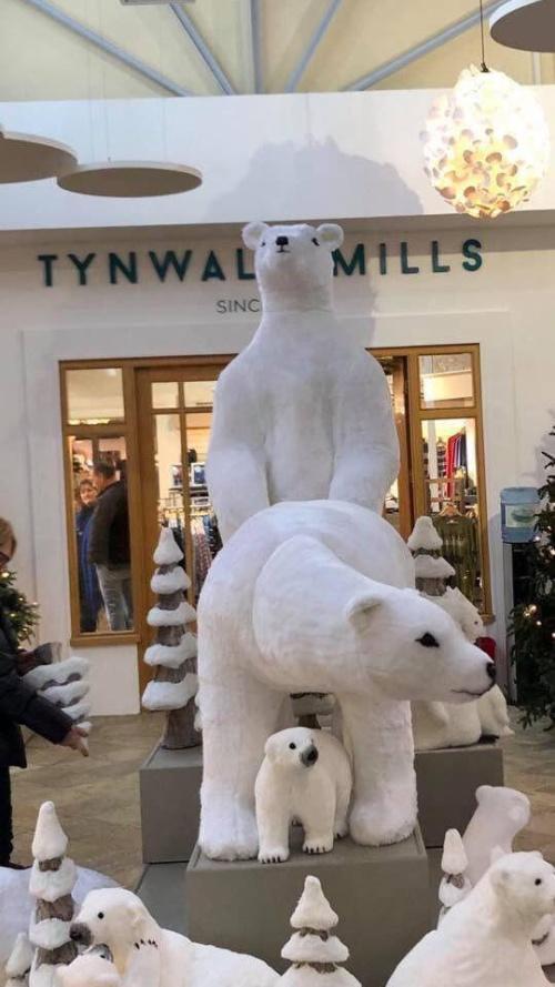 Необычная рождественская инсталляция в торговом центре на острове Мэн (4 фото)
