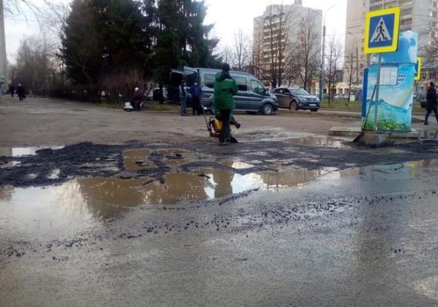 Как дорожники яму в Великом Новгороде заделывали (7 фото)