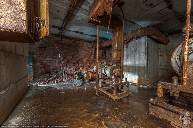 Замерзшее бомбоубежище под одним из заводов (10 фото)