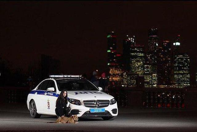 Необычная фотосессия Карины Назаретян на фоне спецмашины МВД (2 фото)