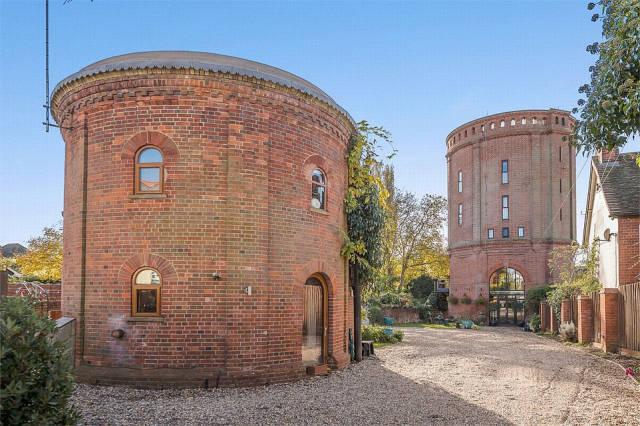 Комфортабельное жилье в водонапорной башне (13 фото)
