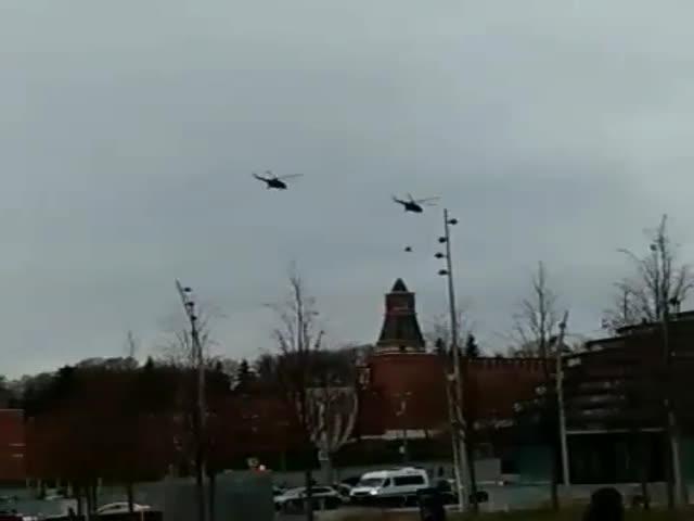 С территории Кремля взлетели два вертолета Ми-8