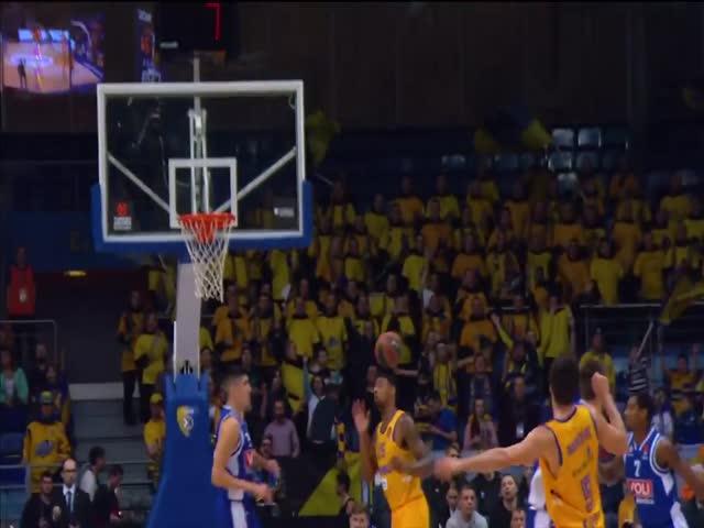 Баскетболист Химок Джордан Мики забросил мяч в корзину головой
