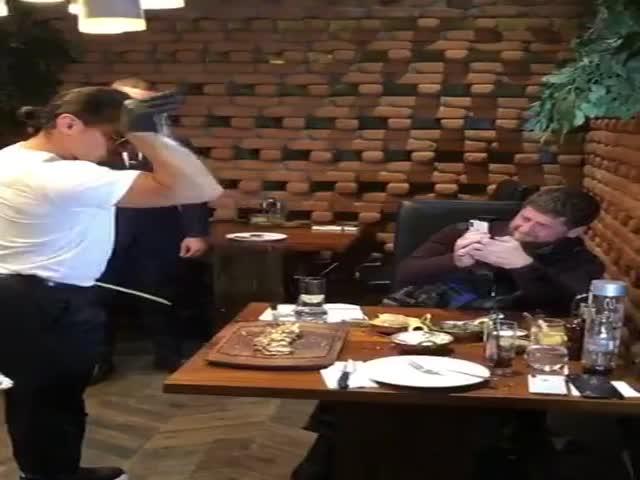 Знаменитые шеф-повар Нусрет Гёрче (Salt Bae) накормил Рамзана Кадырова